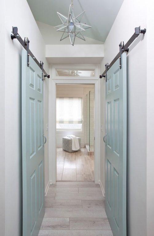 Раздвижные двери в узком коридоре