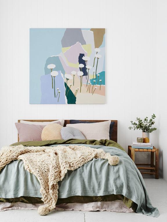 Разноцветная картина в спальне
