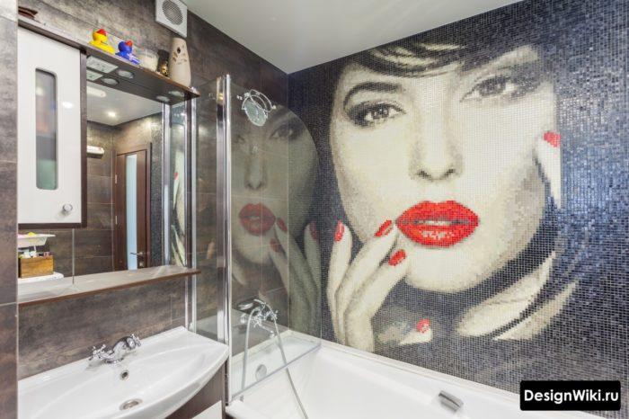 Рисунок из мозаики на стене ванной