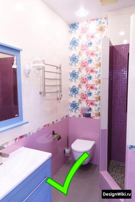 Розовая плитка с цветами для ванной комнаты