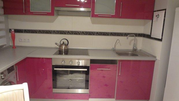 Розовый кухонный гарнитур для маленькой кухни