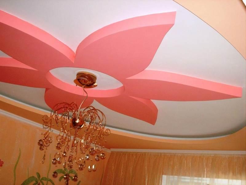 Розовый цветок из гипсокартона на потолке