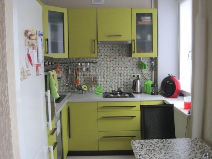 Салатовые фасады на маленькой кухне