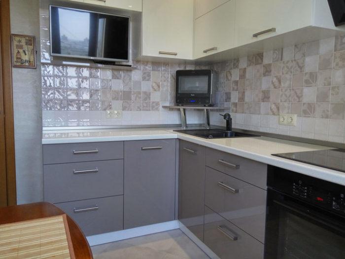 Светло серый низ и белый верх кухни