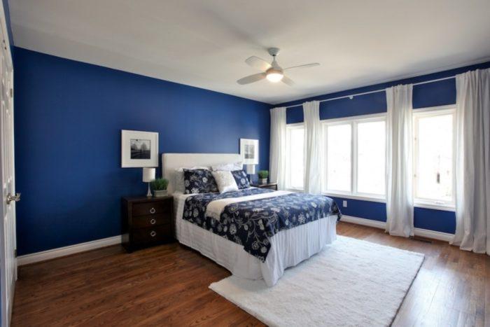 Светло синие окрашенные стены в спальне