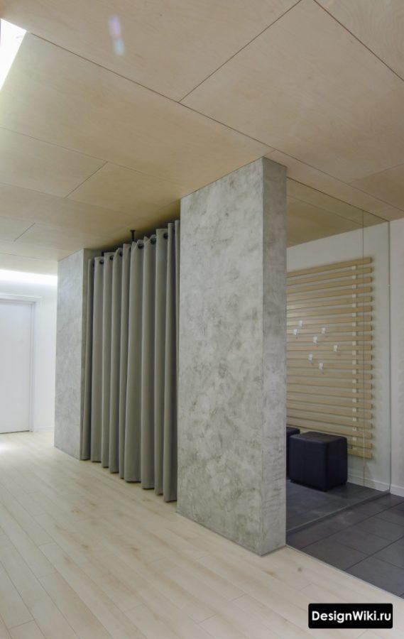 Серая декоративная штукатурка в интерьере коридора