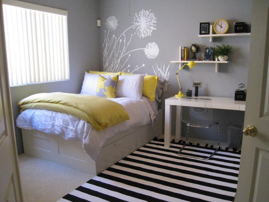 Серые стены и желтое постельное белье