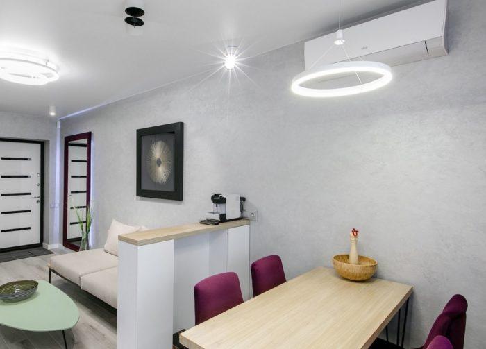 Серые стены и пол в дизайне квартиры-студии