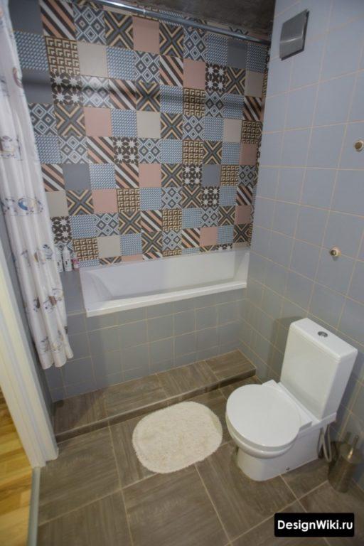 Синий пэчворк для стены ванной