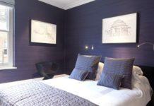 Синий цвет обоев в спальне