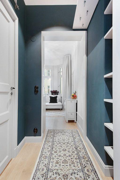 Синий цвет стен в узком коридоре