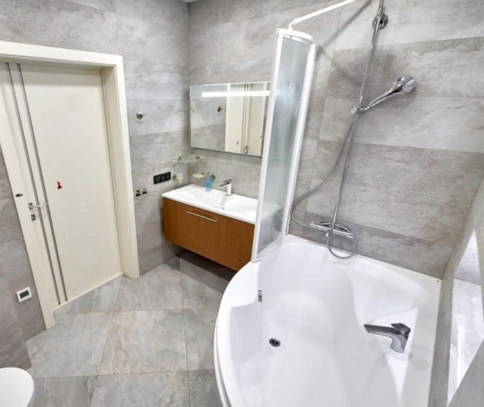 Сланец в интерьере ванной с туалетом