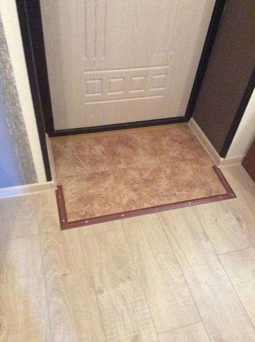 Слишком маленькая зона с плиткой возле двери