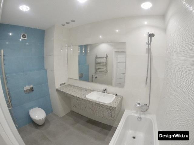 Совмещенная ванная комната с белой и голубой плиткой