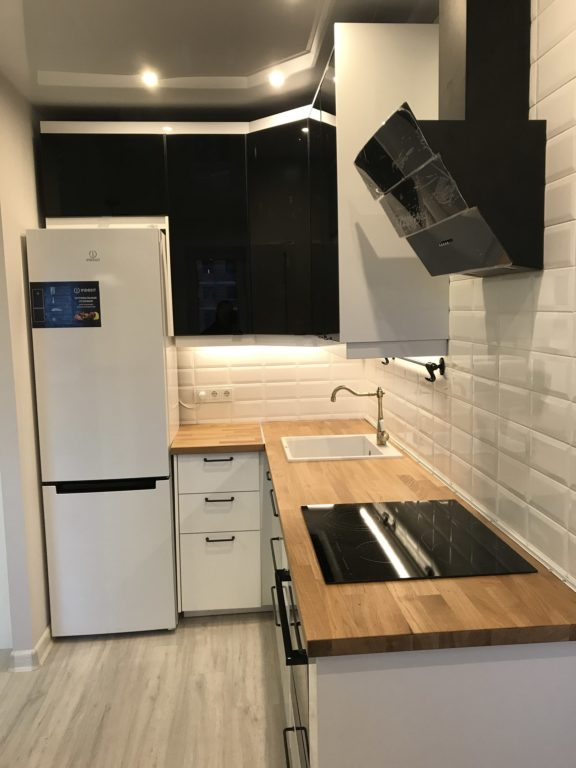 Современный дизайн маленькой кухни с холодильником