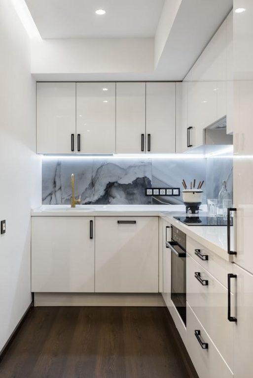 Современный дизайн маленькой угловой кухни