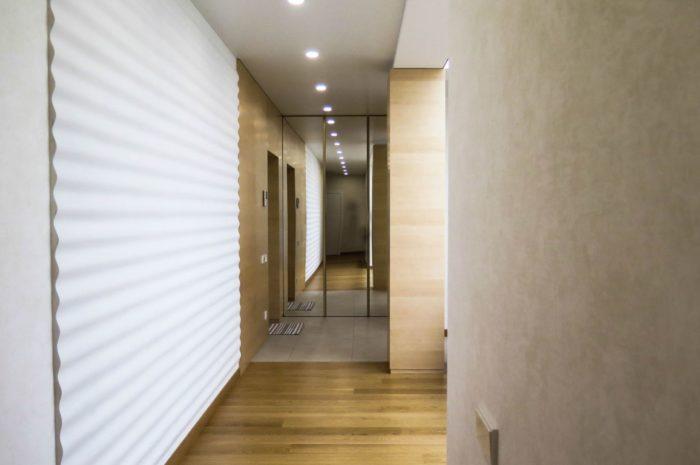 Современный дизайн потолка в прихожей-коридоре