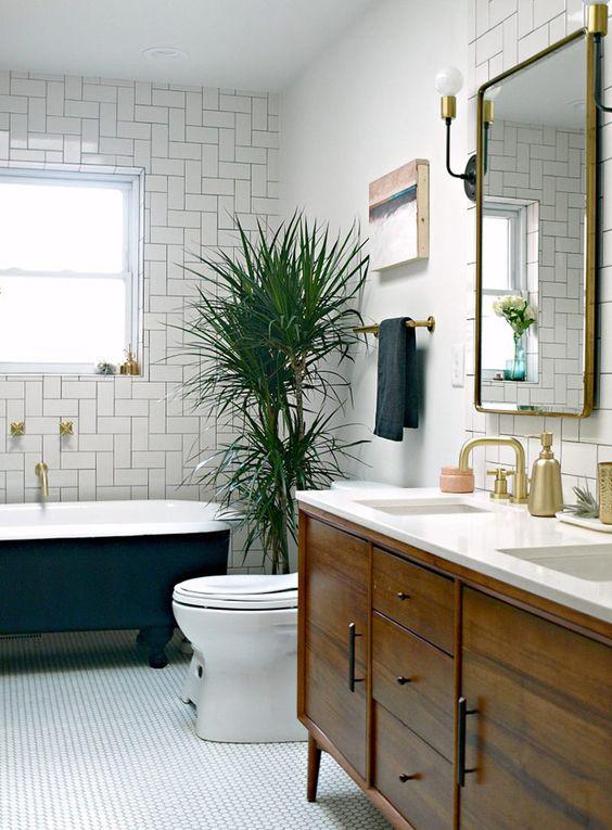 Сочетание белого с золотом в классическом дизайне ванной