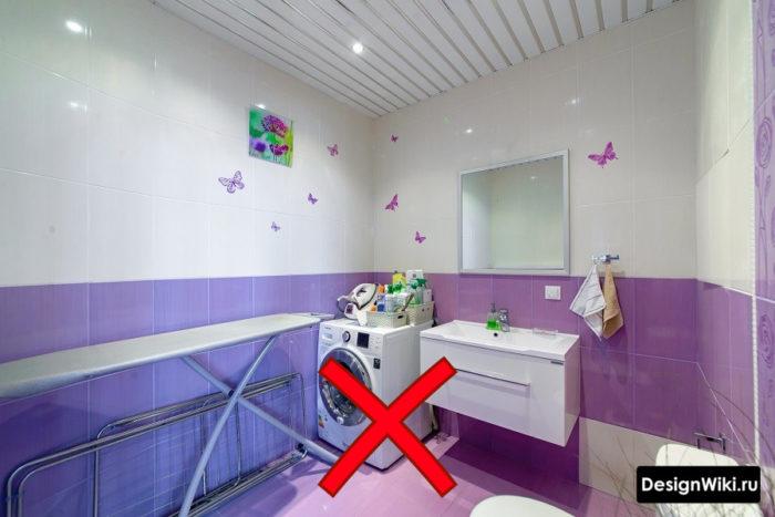 Сочетание белой и фиолетовой плитки в ванной
