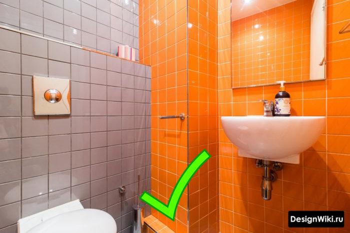Сочетание серой и оранжевой плитки в ванной
