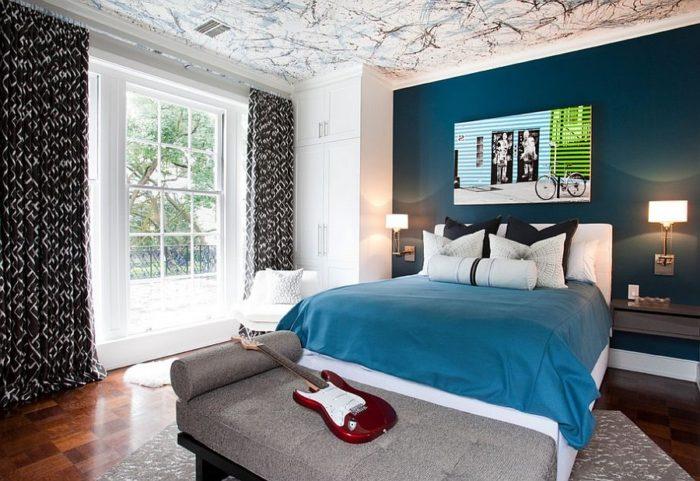 Сочетание чёрного и темно-синего в спальне