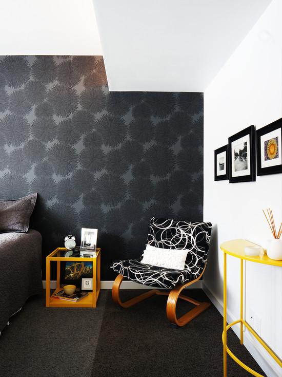 Сочетание чёрных и белых обоев в спальне