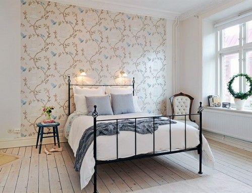 Спальня с обоями не на всю стену