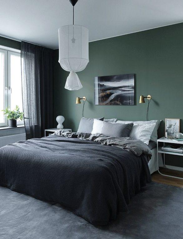 Темно зелёная стена за кроватью