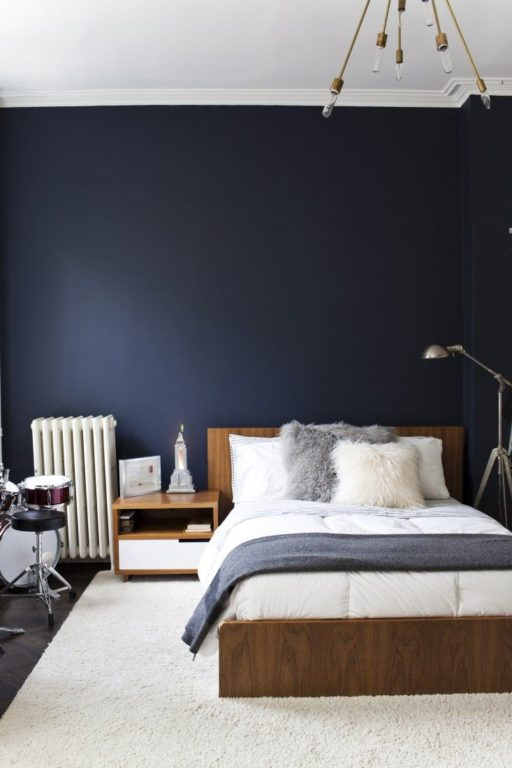 Темно синяя стена в спальне