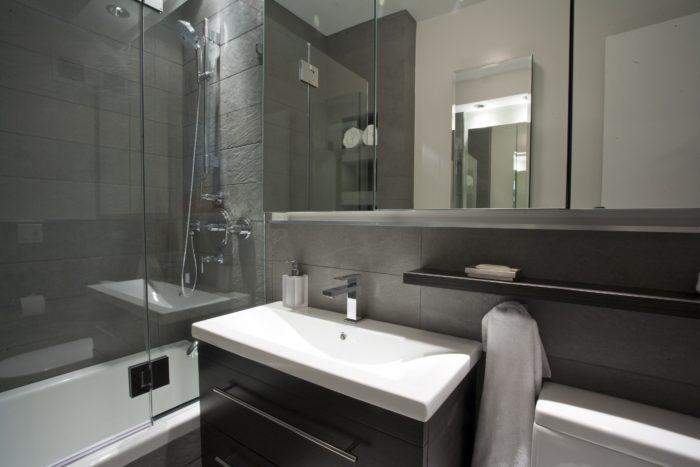 Тёмная чёрная плитка в совмещённой ванне