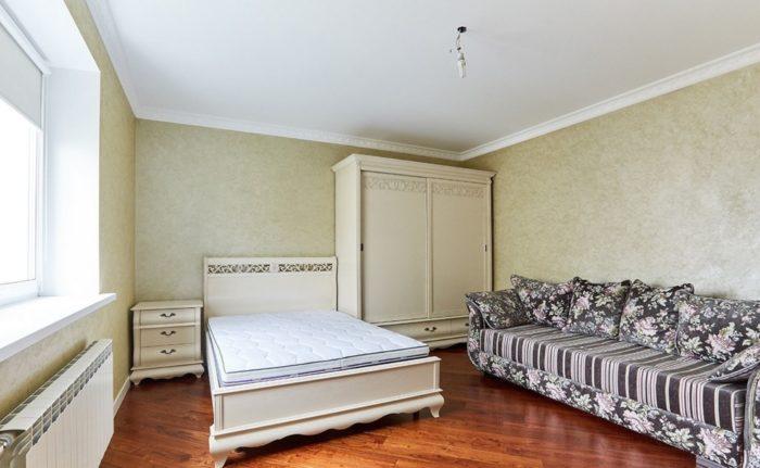 Тёмно-бежевые обои в классической спальне