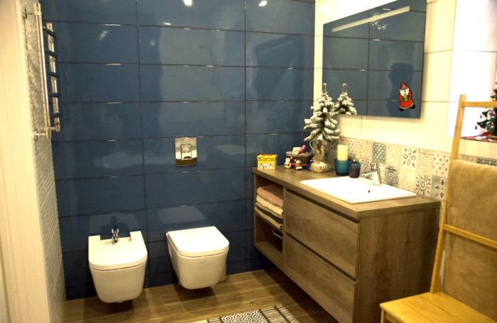 Тёмно синяя глянцевая плитка в ванной комнате