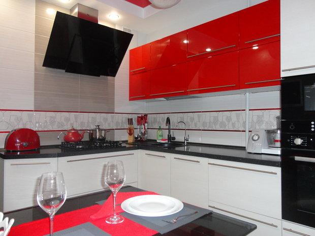 Угловая красно-белая кухня