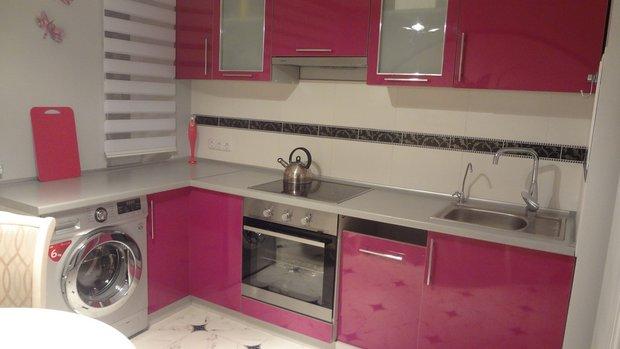 Угловая розовая кухня
