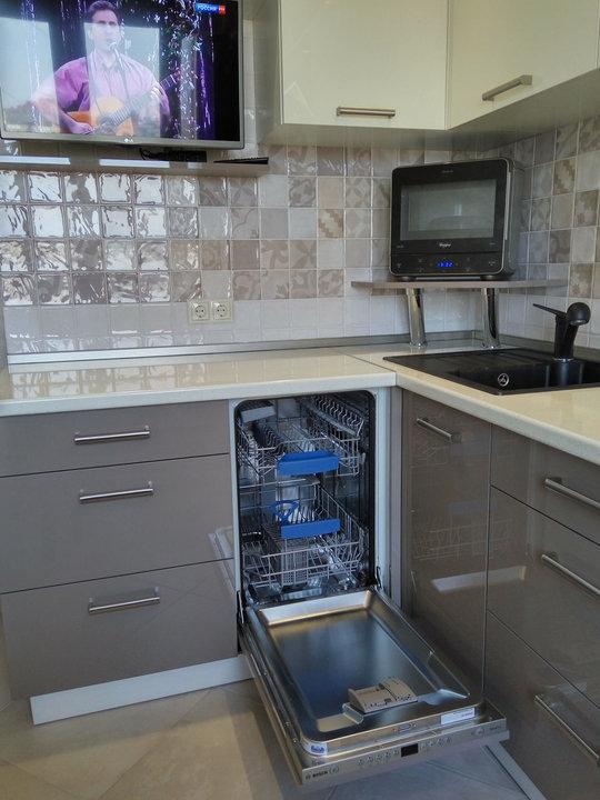 Узкая встроенная посудомойка для маленького гарнитура