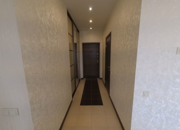 Узкий коридор без мебели