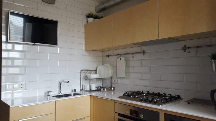 Фасады из светлого дерева на маленькой кухне