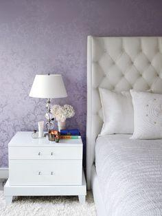 Фиолетовые обои с серебряным узором в спальне