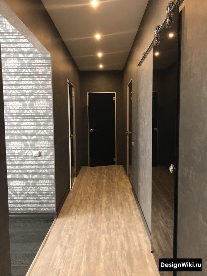 Черная декоративная штукатурка на стенах в коридоре