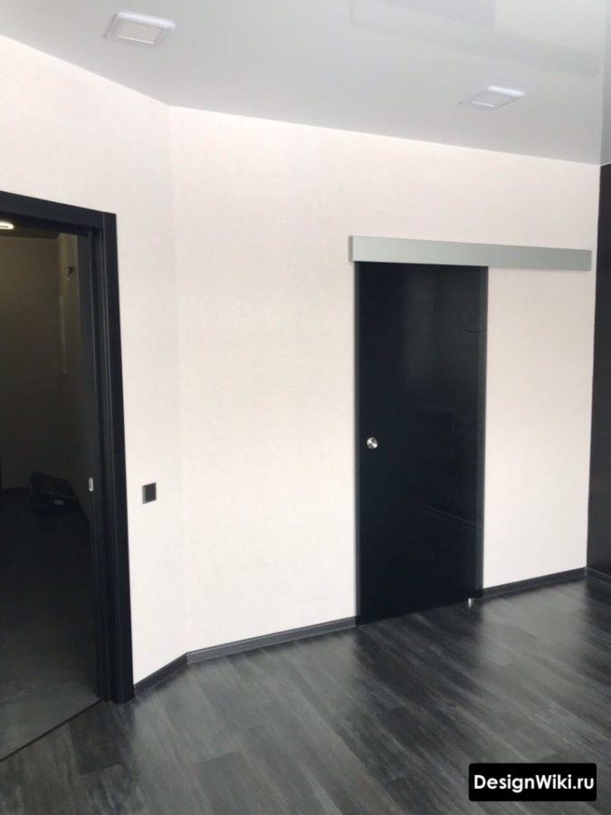 Черный ламинат и раздвижные двери в коридоре