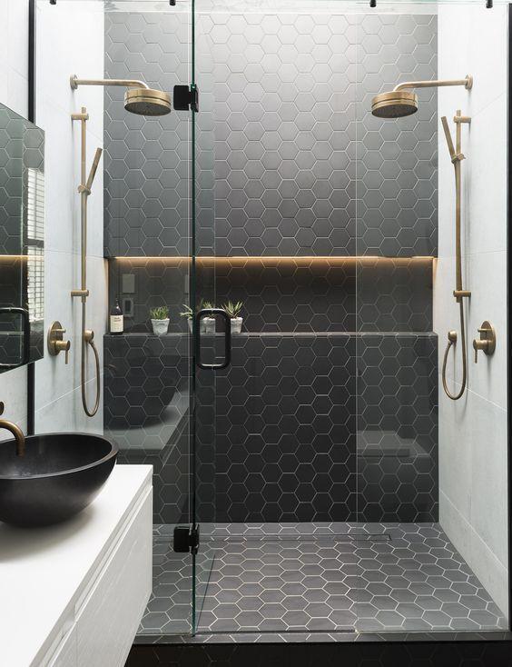 Чёрная и белая плитка в ванной