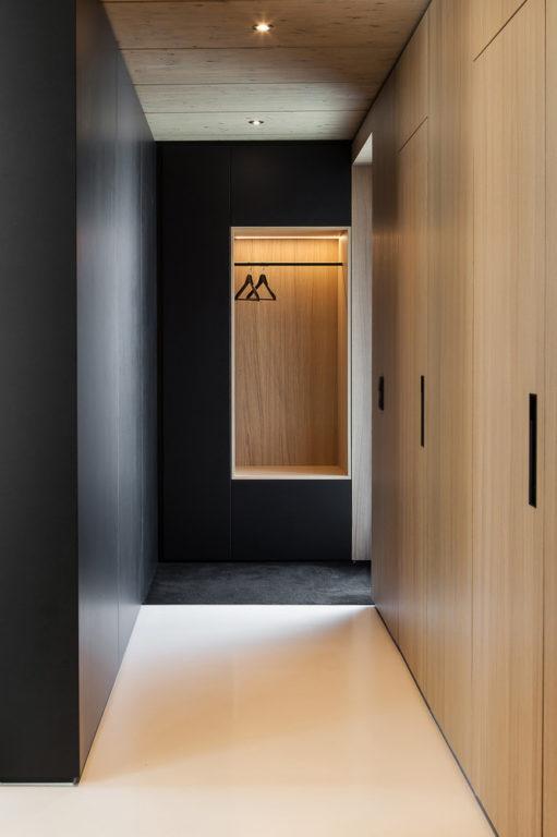 Чёрная отделка стен в коридоре