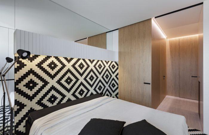 Чёрно-белый узор на стене в спальне