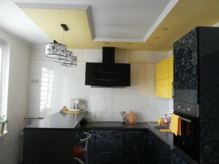 Чёрно-желтая кухня