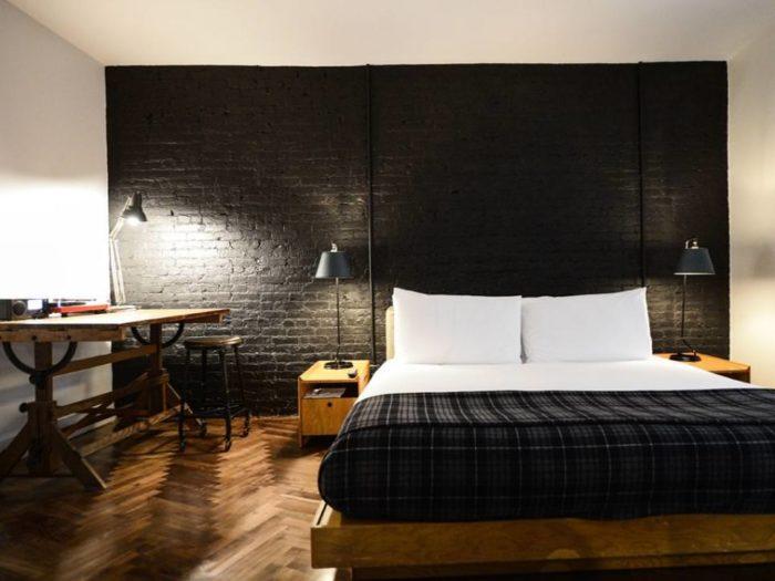 Чёрные кирпичи за кроватью в спальне