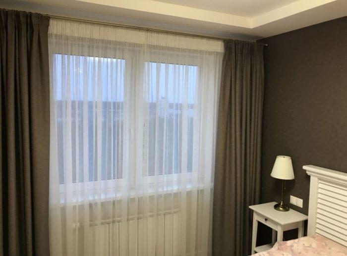 Чёрные стены и шторы в спальне