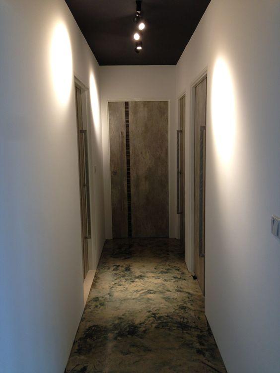 Чёрный натяжной потолок в коридоре