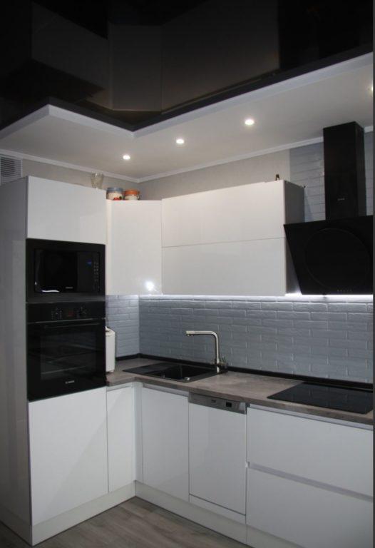 Чёрный натяжной потолок в маленькой кухне