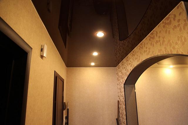 Чёрный натяжной потолок в прихожей