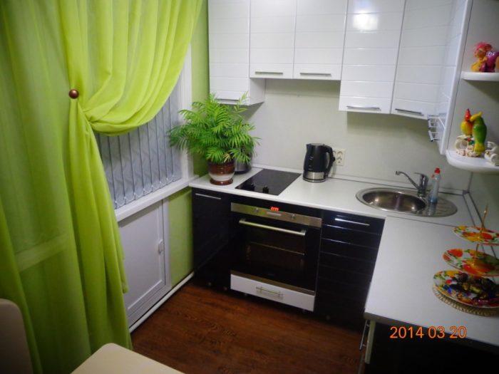 Чёрный низ белый верх на кухне в хрущевке